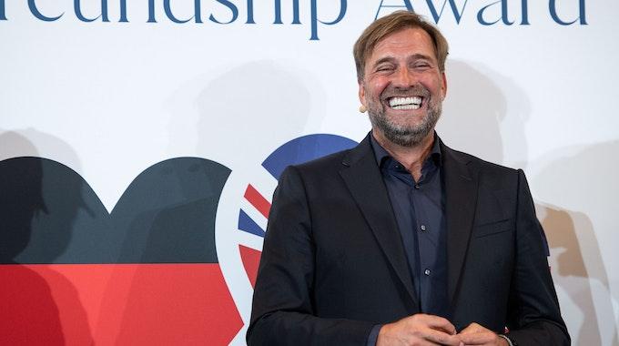 """Jürgen Klopp steht bei der Verleihung des """"German-Britisch#Freundship-Award"""" auf der Bühne."""