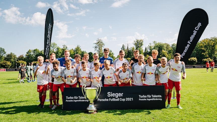 Das Siegerfoto mit den Spielern von RB Leipzig nach dem Gewinn des Turniers.
