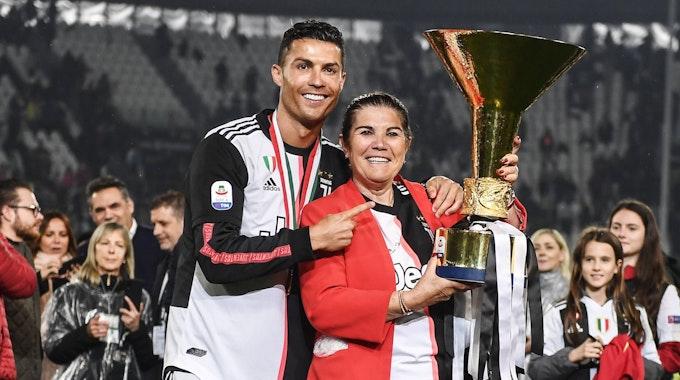 Cristiano Ronaldo und seine Mutter Dolores mit dem Serie-A-Pokal.