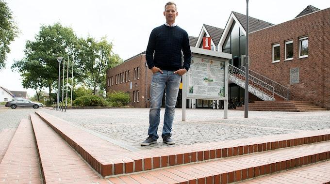 Hendrik Streeck, Direktor des Institut für Virologie an der Uniklinik in Bonn, geht am 29. September 2020 durch das Städtchen Gangelt im Kreis Heinsberg. Dort war erstmals in Deutschland das Coronavirus ausgebrochen.