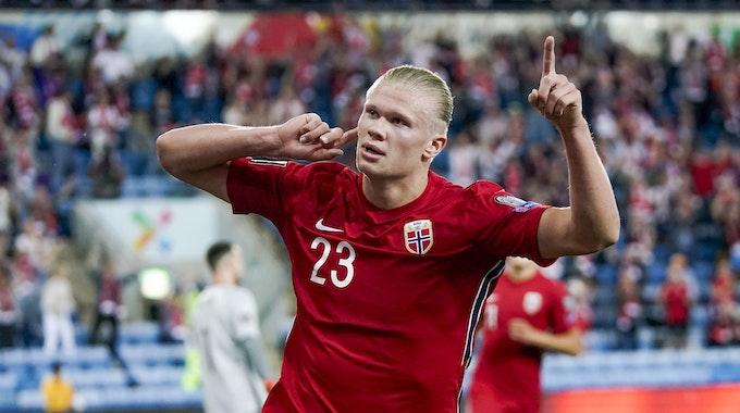 Erling Haaland aus Norwegen jubelt über sein Tor zum 1:0 gegen die Niederlande