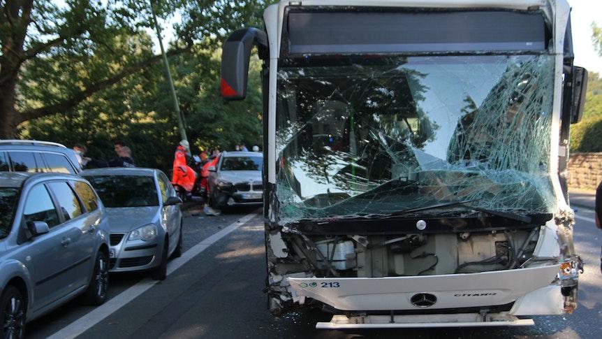 Ein Bus steht nach einem Zusammenprall mit einem Lastwagen beschädigt auf der Straße. Bei einem schweren Verkehrsunfall sind am Mittwochmorgen, 8. September, mindestens zwölf Menschen verletzt worden.