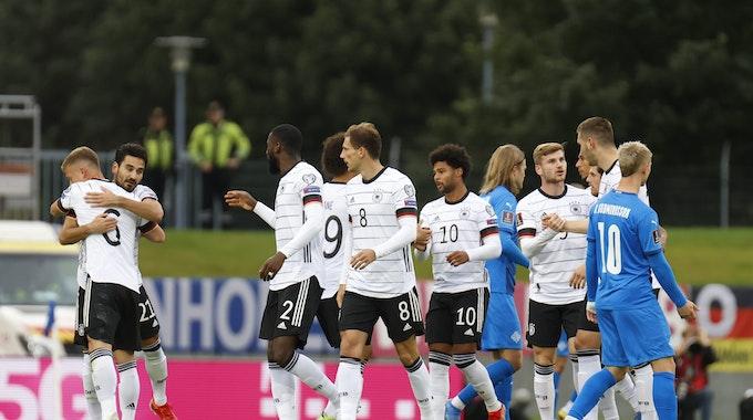Die Spieler der deutschen Nationalmannschaft bejubeln am 8. September 2021 den Treffer zum 1:0 von Serge Gnabry in der WM-Quali gegen Island