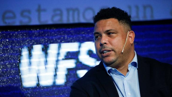 Ronaldo spricht auf einem Event.