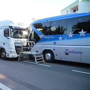 Ein Lastwagen und ein Bus stehen nach einem Zusammenprall beschädigt auf der Esserstraße im Hagener Stadtbezirk Hohenlimburg, Ortsteil Elsey. Bei einem schweren Verkehrsunfall sind am Mittwochmorgen (8. September) mindestens zwölf Menschen verletzt worden. Vier davon mussten mit schweren Verletzungen ins Krankenhaus.