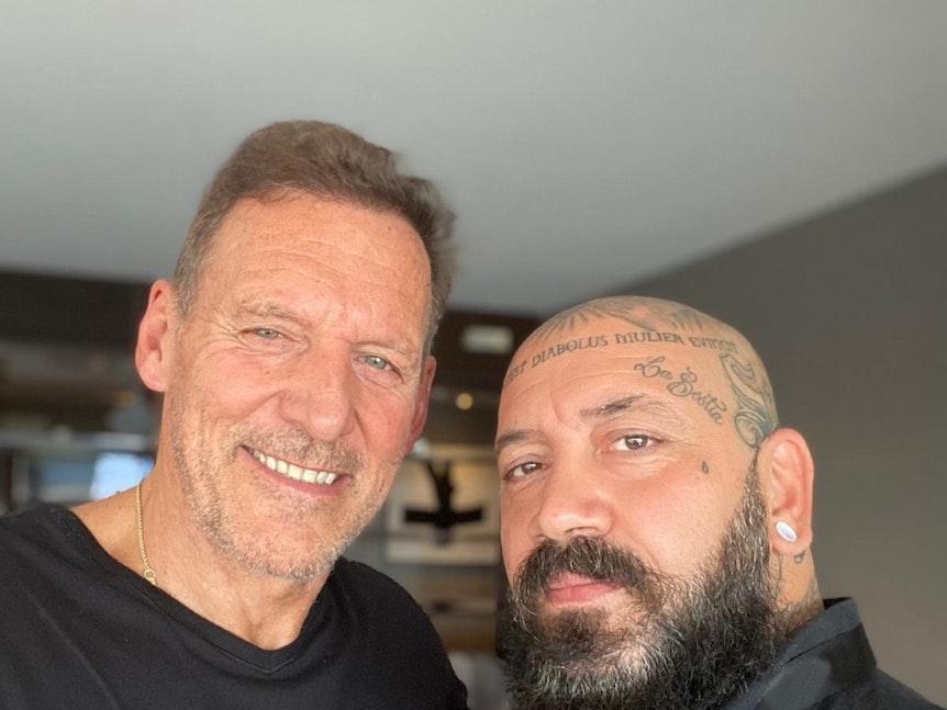 Ralf Moeller und Fan Andrea machen ein Selfie in Köln.