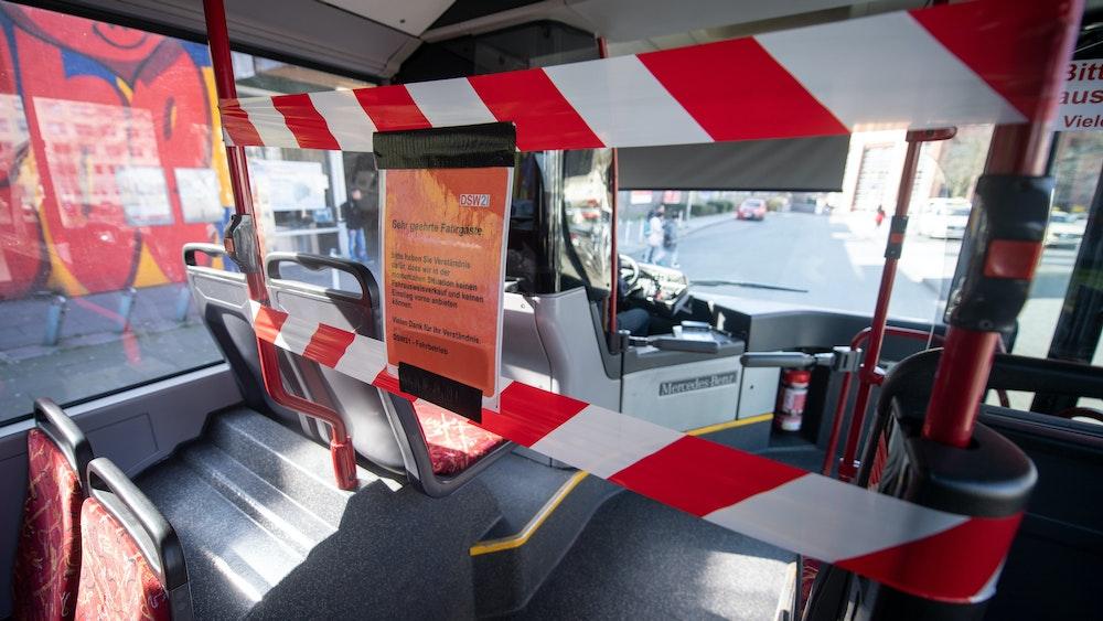 Mit Flatterband ist der Fahrerbereich eines Busses abgesperrt, der am 17. März 2020 am Dortmunder Hauptbahnhof auf seine Abfahrt wartet.
