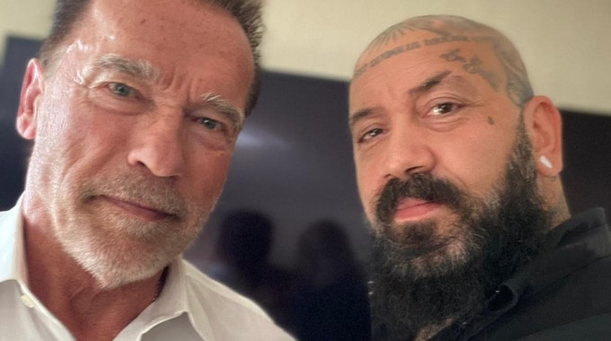 Kölner Fan Andrea macht mit Schwarzenegger in Köln ein Selfie.