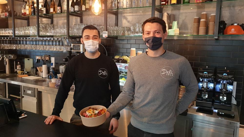 Köln: Das Deli Sülz ist Jode Lade. Mischa Najafi und Chef Dylan Stuka präsentieren ein Gericht.