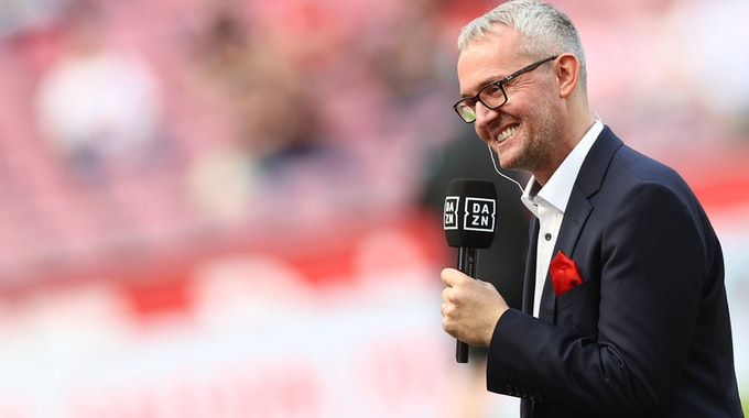 Alexander Wehrle, Geschäftsführer 1. FC Köln, vor dem Spiel beim Interview