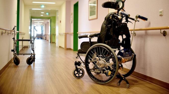 Ein Rollator und ein Rollstuhl stehen am 5. März 2018 in einer Berliner Pflegeeinrichtung auf dem Flur.