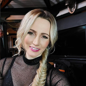Schlager-Schönheit Melissa Naschenweng, hier auf einem Instagram-Selfie aus 2020, überrascht ihre Instagram-Fans mit einem Heu-Bad.