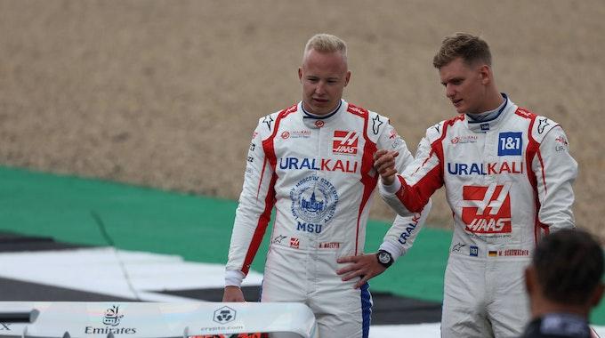 Nikita Mazepin und Mick Schumacher diskutieren in Silverstone.