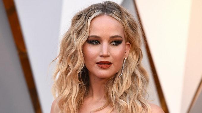 Jennifer Lawrence, Schauspielerin aus den USA, kommt vor der Verleihung der Oscars 2018 über den roten Teppich in das Dolby Theatre.