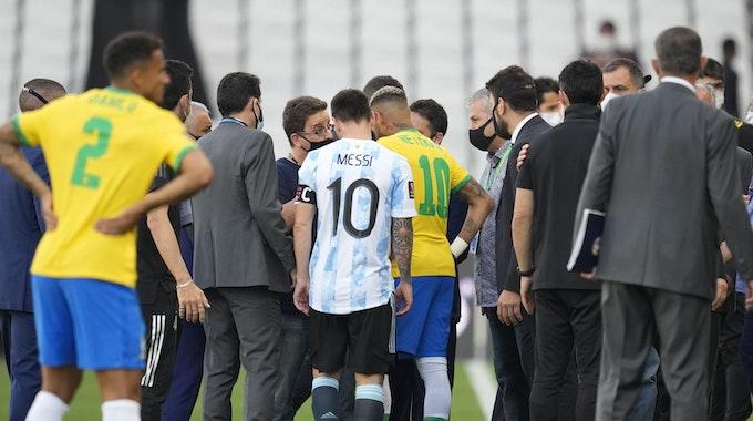 Lionel Messi und Neymar unterhalten sich während der Spielunterbrechung zwischen Brasilien und Argentinien