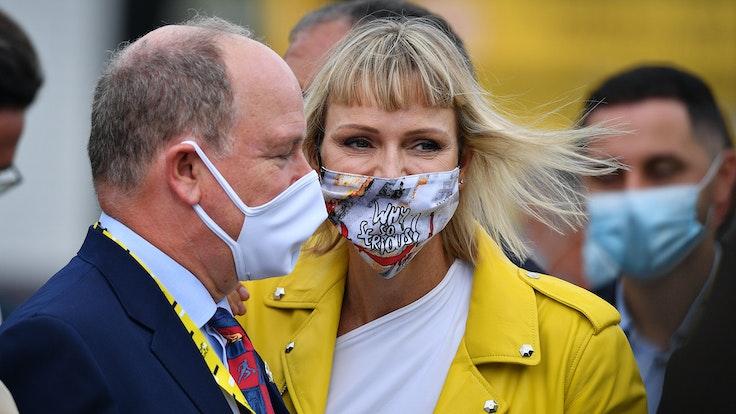 Prinzessin Charlene von Monaco (M) und Fürst Albert II. von Monaco 2020 bei der Tour de France.