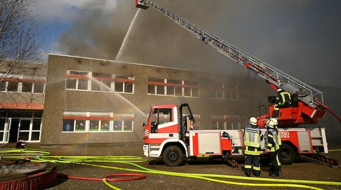 Bei zwei Bränden in der Lechenicher Hauptschule wurden fünf Kinder leicht verletzt. Unser Symbolfoto stammt von einem Schul-Brand im März 2021 in Wilhelmshaven und steht nicht im Zusammenhang mit dem hier beschriebenen Vorfall.