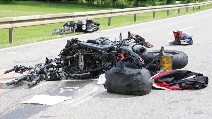 Zwei demolierte Motorräder liegen am 14. Juni 2019 nach einer Kollision mit einem Auto auf der K6738 bei Trochtelfingen. Bei einem schweren Verkehrsunfall mit mehreren Motorrädern ist hier ein Biker getötet worden. Eine Fahrerin wurde bei dem Unfall schwer und zwei weitere Biker wurden leicht verletzt, wie die Polizei mitteilte.