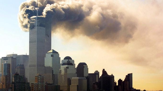 Terror von 9/11 in News York: Rauch steigt von den brennenden Zwillingstürmen des World Trade Centers in Manhattan auf.