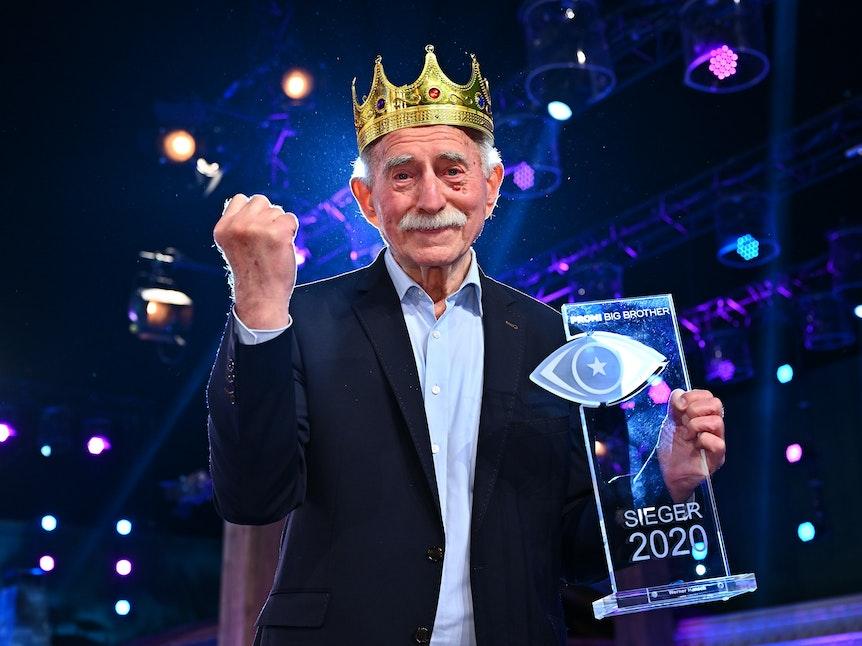 Werner Hansch bejubelt seinen Sieg bei Promi Big Brother.