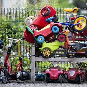 In einer Kindertagesstätte musste der Finger eines kleinen Jungen aus einem Rutschauto befreit werden. Unser Symbolfoto zeigt die angeschlossenen Spielautos 2020 vor einer Kita in Berlin.