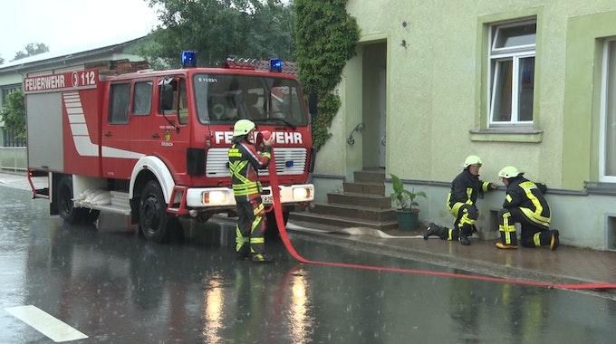Die Feuerwehr musste etliche Keller leerpumpen (hier ein Symbolfoto von einem Einsatz von 2018 in Sachsen).