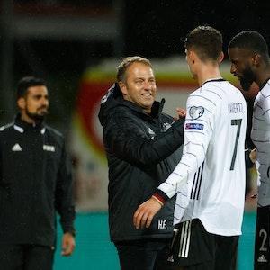Hansi Flick klatscht Kai Havertz und Antonio Rüdiger nach dem Spiel ab.