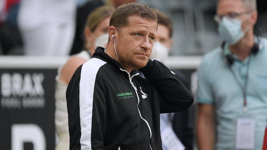 Gladbachs Sportdirektor Max Eberl steht am 13. August 2021 im Borussia-Park an der Seitenlinie und schaut skeptisch Richtung Spielfeld.