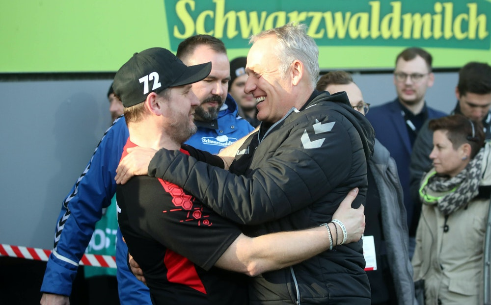 Steffen Baumgart und Christian Streich umarmen sich.