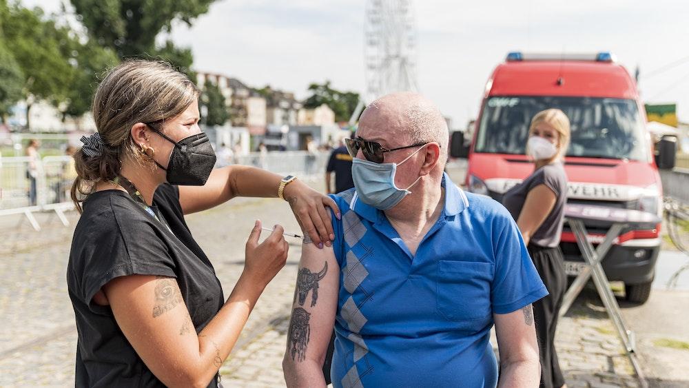 Der Impfbus der Stadt Köln steht neben der Deutzer Kirmes