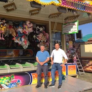 """Ralf Malfertheiner (links) und Oliver Wilmering stehen im September 2021 vor dem """"Kentucky Derby"""" am Düsseldorfer Tonhallenufer"""