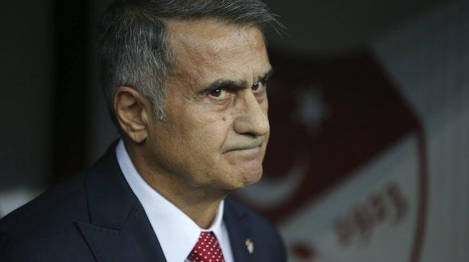 Senol Günes, damaliger Trainer der Türkei, beobachtet das Spiel gegen Island.