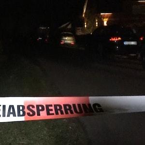 In Brühl hat eine Frau während eines Ehestreits mehrfach den Wagen ihres Mannes gerammt. Die Polizei nahm der 32-Jährigen den Führerschein ab. Das Foto zeigt ein Absperrband der Polizei am 22. November 2020 in Aland (Sachsen-Anhalt).