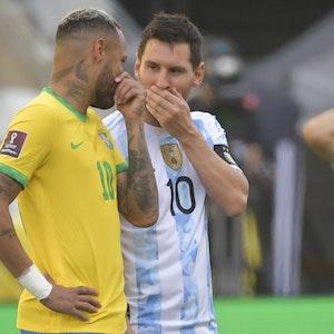 Neymar und Lionel Messi unterhalten sich vor Anpfiff mit der Hand vor dem Mund