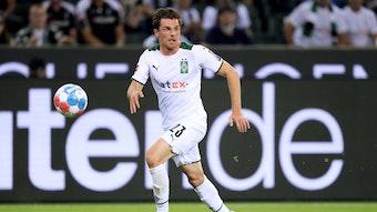 Jonas Hofmann sprintet dem Ball im Bundesliga-Spiel zwischen Borussia Mönchengladbach und Bayern München am 10. September 2021 im Borussia-Park hinterher und schaut dabei konzentriert.