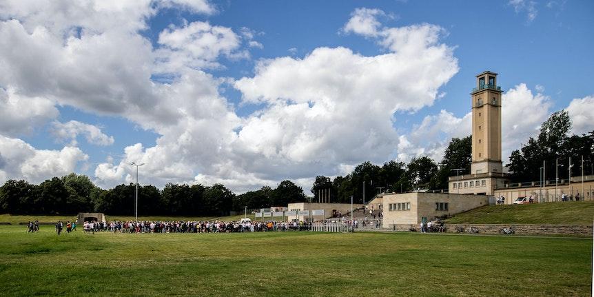 Leipzigs Fans stehen am Eingang auf der Festwiese und warten auf Einlass ins Stadion.