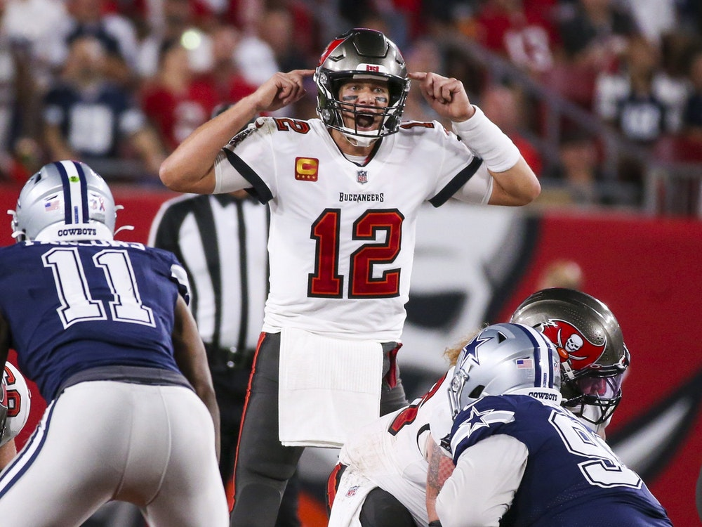 Tom Brady koordiniert seine Offensive gegen die Dallas Cowboys