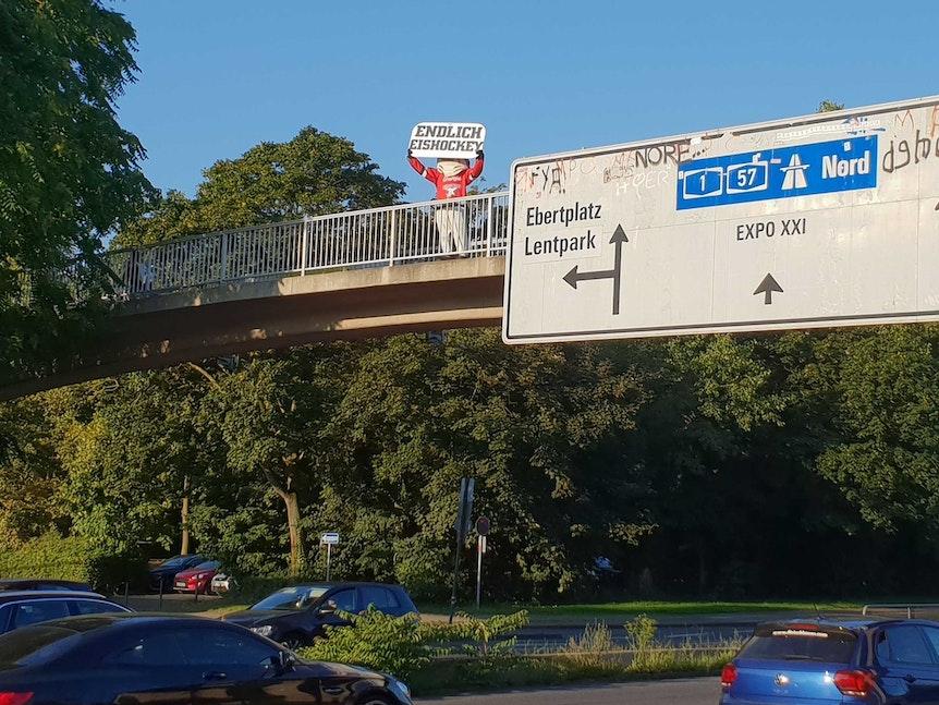Sharky, Maskottchen der Kölner Haie, machte vor dem DEL-Saisonauftakt am 10. September 2021 auf der Zoobrücke Werbung für Eishockey.