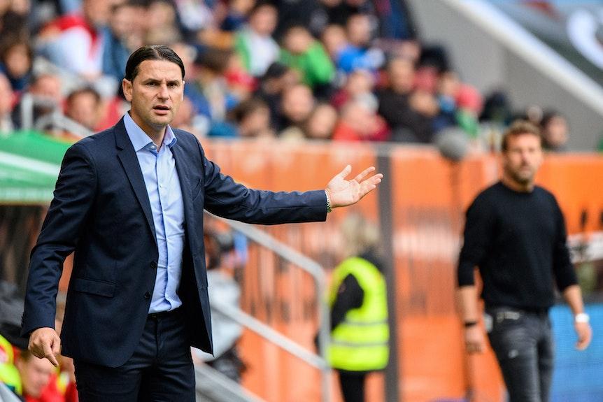 Trainer Gerardo Seoane dirigiert seine Leverkusener Mannschaft.