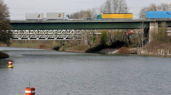 Bootsfahrer haben am 7. September aus dem Rhein-Herne-Kanal (hier ein Foto nahe Herne vom 9. April 2021) einen toten Hund gefischt.
