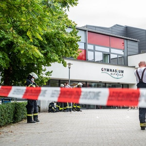 Ein Absperrband vor dem Gymnasium in Eltville im Rheingau-Taunus-Kreis: Die Schule wurde geräumt, nachdem mehrere Personen Atemwegsreizungen hatten.