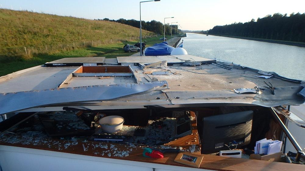 Am Mittwochnachmittag (8. September, 17:20 Uhr) ist ein Gütermotorschiff auf dem Dortmund-Ems-Kanal (Kanalkilometer 36) gegen eine Eisenbahnbrücke gefahren. Das Foto wurde von der Polizei Duisburg herausgegeben.