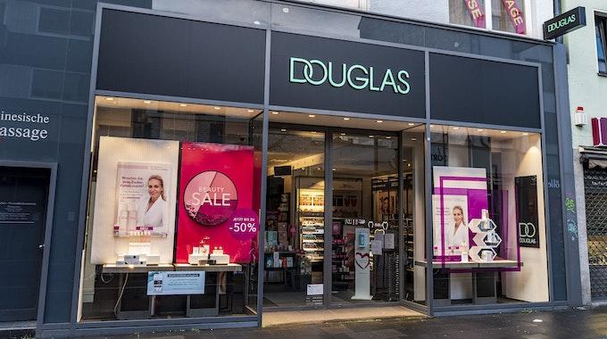 Die Parfümerie Douglas auf der Ehrenstraße von außen.