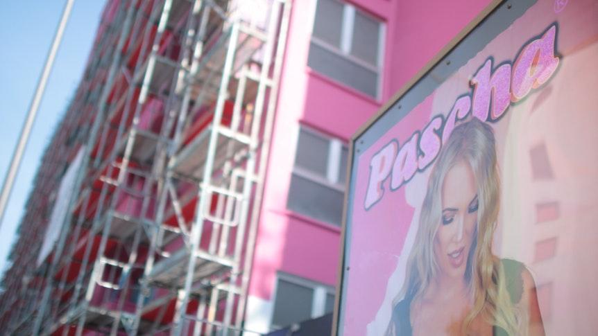 Ein Plakat mit einer Frau hängt6 am Bordell Pascha in Köln.