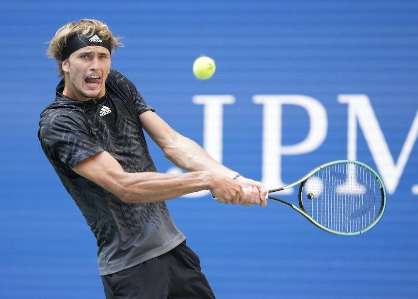 Alexander Zverev schlägt einen Rückhandball bei den US Open.