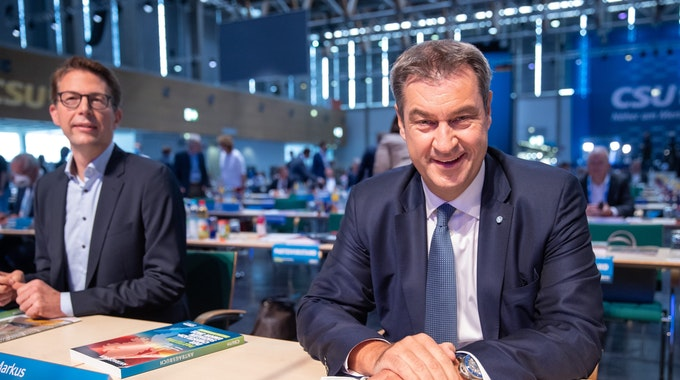 Markus Söder (r), CSU-Parteivorsitzender und Ministerpräsident von Bayern, trifft zum Parteitag ein. Links sitzt Markus Blume, CSU-Generalsekretär. Kurz vor seiner Rede postete er ein Foto seines Spickzettels.