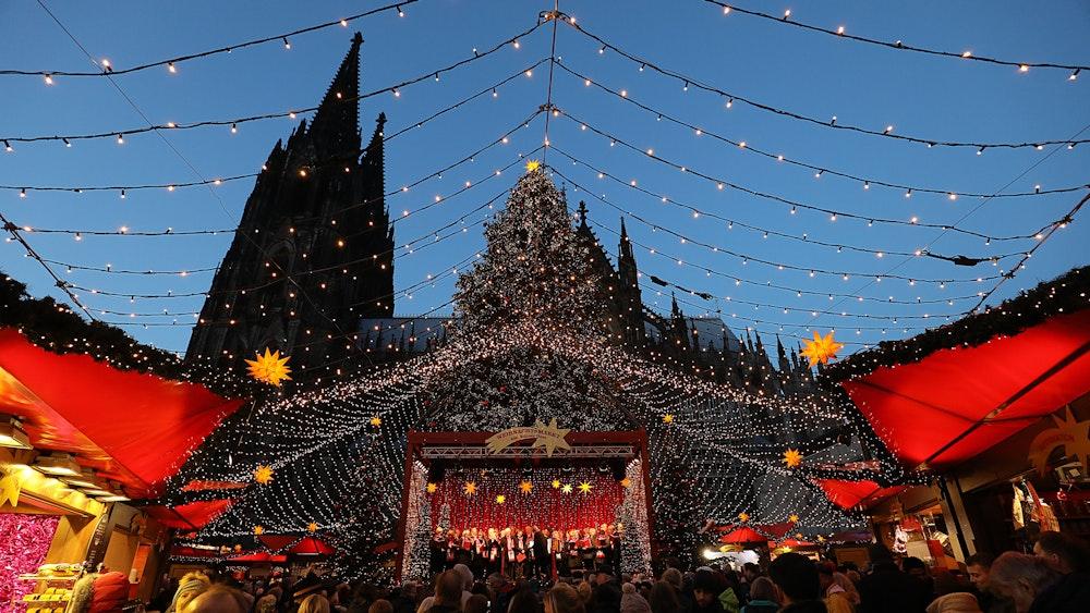 Der Weihnachtsmarkt vor dem Kölner Dom am 23. November 2015. In vielen Städten in NRW laufen die Planungen für die Weihnachtsmärkte 2021 auf Hochtouren.
