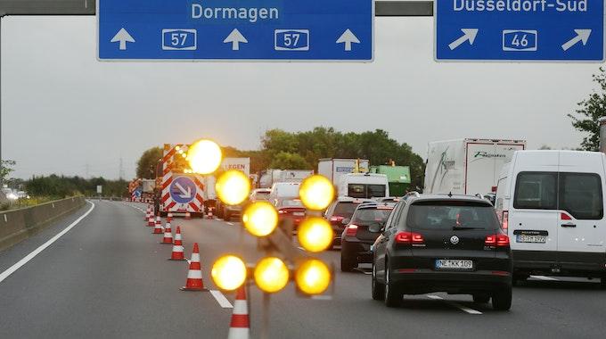 Seifenlauge auf der A57 bei Dormagen führt am 17. Oktober 2019 zur Vollsperrung der Autobahn A57. Hier wird der Verkehr vor Dormagen von Autobahn geleitet. Eine Spezialfirma sei dabei, die A57 in Richtung Köln zu reinigen.