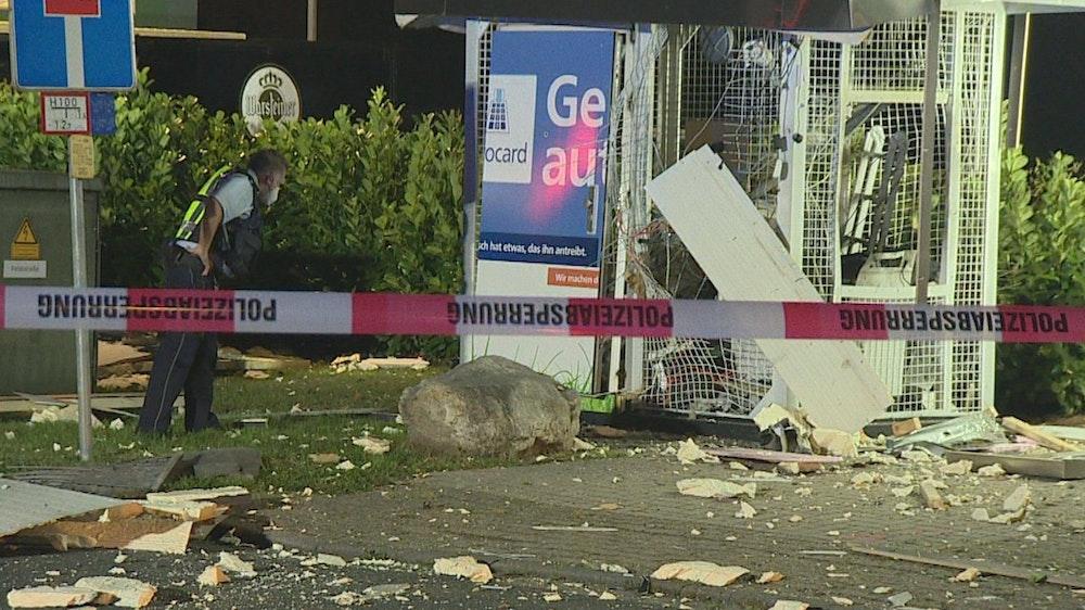 08.09.2021, Nordrhein-Westfalen, Kevelaer: Ein Polizist steht an einem Geldautomaten, den mutmaßlich drei Tätergesprengt haben. Wie viel Geld die Täter am frühen Morgen erbeuteten, war zunächst unklar, wie die Polizei mitteilte.