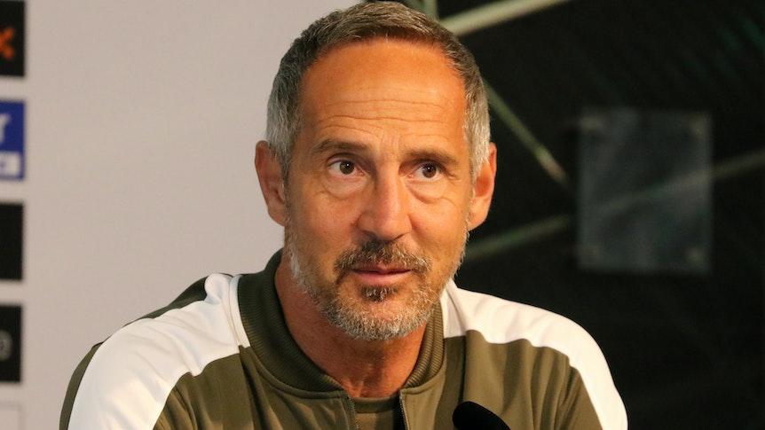 Adi Hütter, Cheftrainer von Borussia Mönchengladbach, bei einer Pressekonferenz im Borussia-Park am 10. September 2021. Hütter schaut vom Podium aus in die Reihen der Pressevertreter.